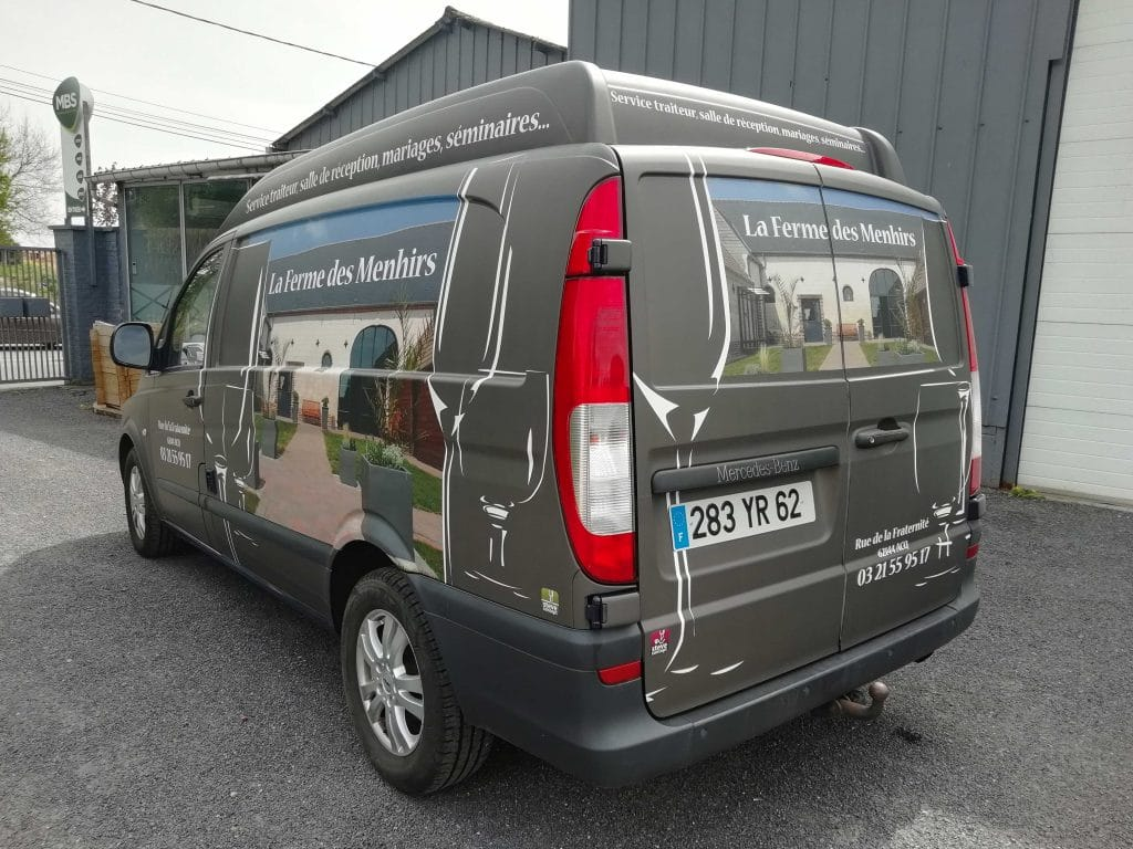 Transformation du véhicule avec un total-covering avec impression numérique - La ferme des Menhirs / Arc