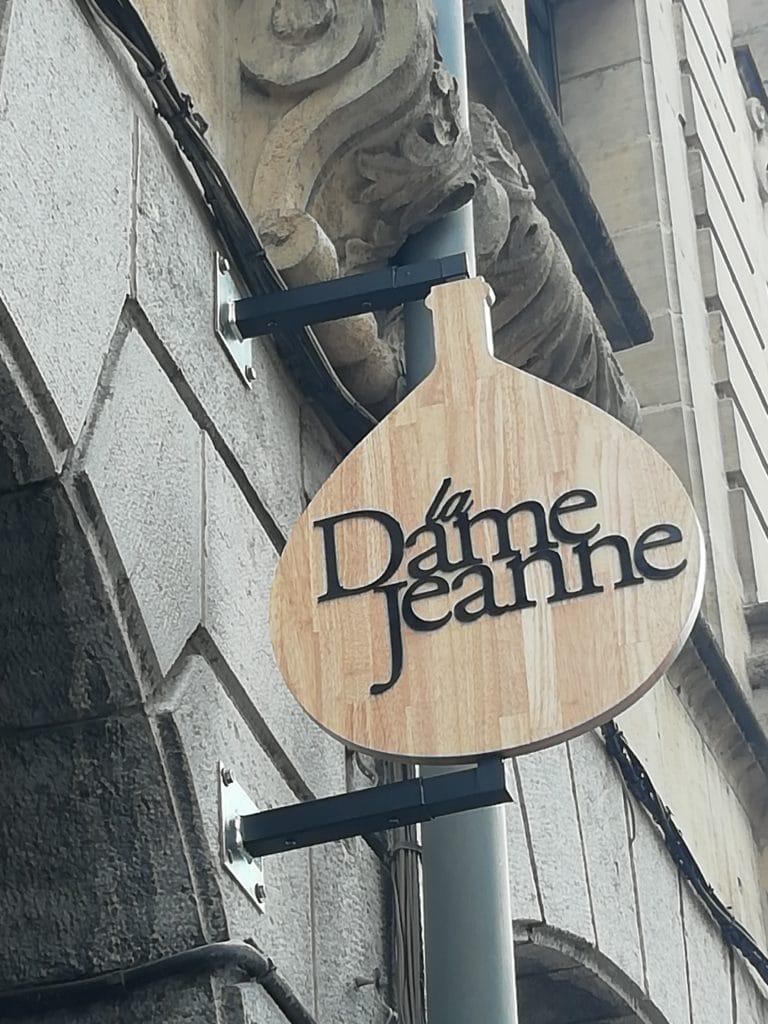 Enseigne drapeau usiné à la forme en bois avec lettres découpées en Dibond - La Dame Jeanne / Arras